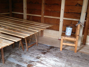 Holz lackieren macht mit einem Baustellenradio mehr Spaß